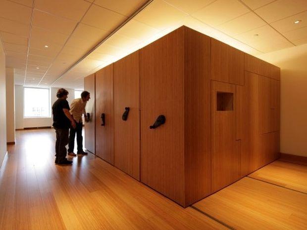 Μοιάζει με ένα μεγάλο ξύλινο κουτί αλλά δε θα πιστέψετε σε τι μετατρέπεται