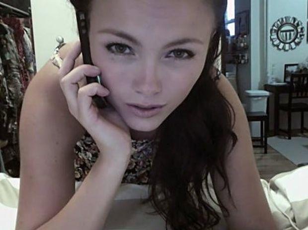 ΣΟΚ: Ένας χάκερ κατέγραφε όλες τις προσωπικές στιγμές μιας όμορφης κοπέλα μέσω της webcam της! Δείτε το βίντεο!