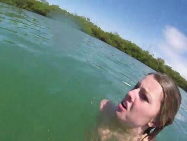Άρχιζε να ουρλιάζει όταν είδε ένα τεράστιο ζώο από κάτω της! Δείτε τι έγινε... (Βίντεο)