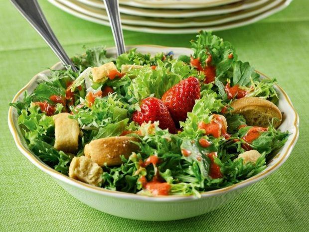 Πράσινη σαλάτα με dressing φράουλας και παξιμαδάκια Κυθήρων