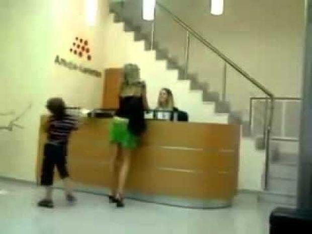 Όταν ένα κακομαθημένο παιδί κατεβάζει τη φούστα της μαμάς του γιατί δεν του κάνει τα χατίρια! (βίντεο)