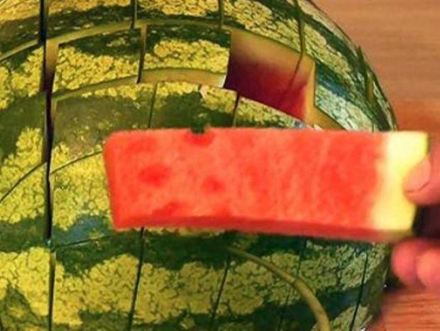 Πώς να φάτε σωστά ένα καρπούζι -Το βίντεο που κάνει το γύρο του διαδικτύου!