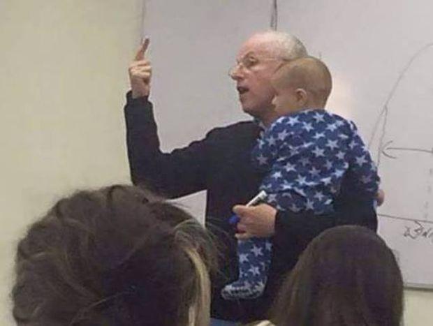 Το θέμα που λατρέψατε: Η απίστευτη αντίδραση καθηγητή όταν ένα μωρό άρχισε να κλαίει στη διάλεξή του