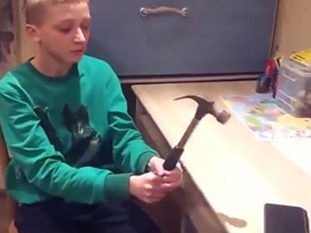Νόμιζε ότι το κινητό του δεν σπάει με τίποτα! Τώρα πρέπει να αγοράσει καινούργιο!