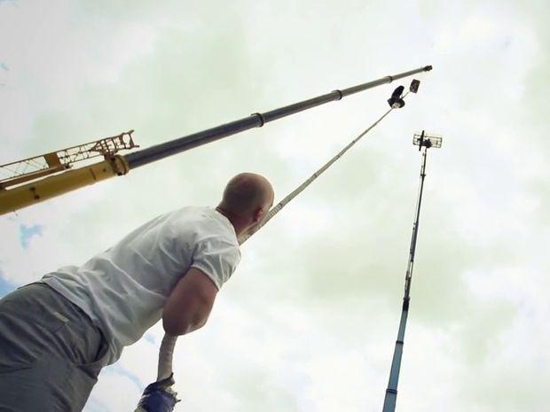 Αυτός ο επαγγελματίας κασκαντέρ επιχείρησε να κάνει κάτι τρομακτικό! (βίντεο)