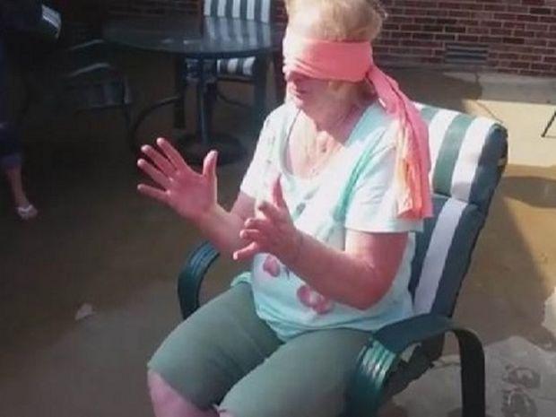 Θα συγκινηθείτε μόλις δείτε για ποιο λόγο έκλεισαν τα μάτια σ' αυτή τη γυναίκα! (βίντεο)