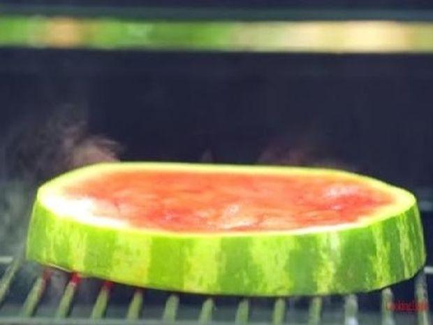 Έψησε για λίγο ένα κομμάτι καρπούζι και δείτε τι έφτιαξε! (Βίντεο)