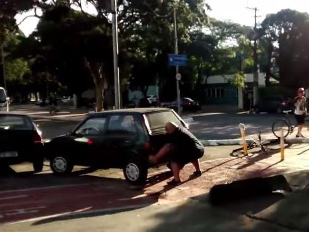 Δείτε τι έκανε αυτός ο εξοργισμένος ποδηλάτης στο αμάξι που του έκλεινε το δρόμο! (βίντεο)