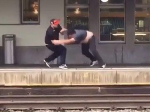 ΣΟΚ! Τον έσπρωξε από την αποβάθρα αλλά τον έσωσε την τελευταία στιγμή! (video)