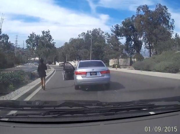 Τι άλλο θα δούμε! Γυναίκα οδηγός παρατάει το αυτοκίνητο της εν κινήσει! (video)