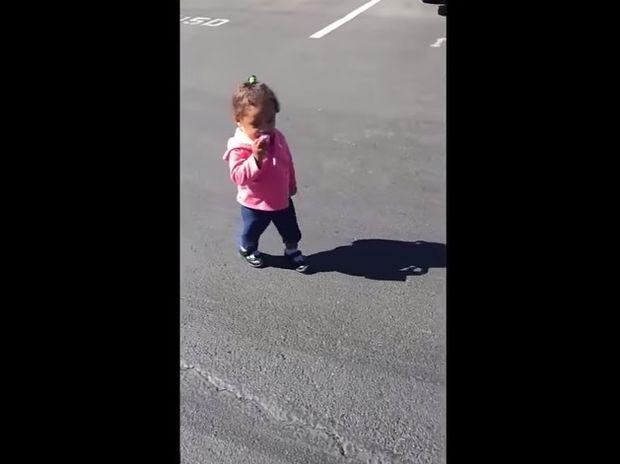 Απίθανο! Δείτε την αντίδραση της μικρούλας που αντιλαμβάνεται για πρώτη φορά τη σκιά της! (video)