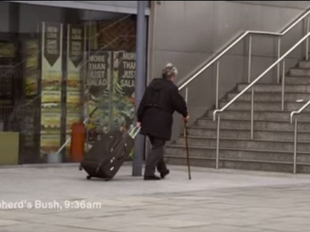 Εσείς θα βοηθούσατε την κυρία με το μπαστούνι; Δείτε το βίντεο και προβληματιστείτε! (video)