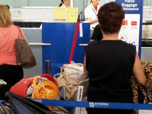 Η ελληνίδα μάνα ξαναχτυπά! Η φωτογραφία στο αεροδρόμιο που κάνει το γύρο του διαδικτύου! (photo)