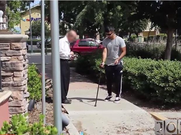 Παριστάνει τον τυφλό και ρωτάει αν κέρδισε το λαχείο του! Η συνέχεια θα σας απογοητεύσει! (video)