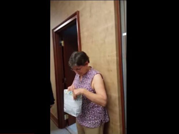 Δείτε την αντίδραση αυτής της γιαγιάς που την περίμενε η πιο συγκινητική έκπληξη της ζωής της! (video)