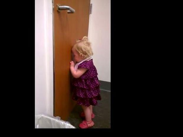 Αυτή η μικρούλα μαθαίνει ότι θα αποκτήσει αδελφή! Δε φαντάζεστε την αντίδραση της! (video)