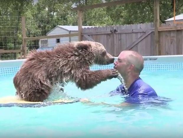 Κολυμπάει μαζί με το αρκουδάκι για τον πιο υπέροχο λόγο! (video)