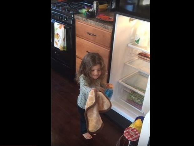 Δείτε τη συγκινητική αντίδραση αυτού του κοριτσιού όταν ξαναβρήκε το αγαπημένο της αρκουδάκι  (video)