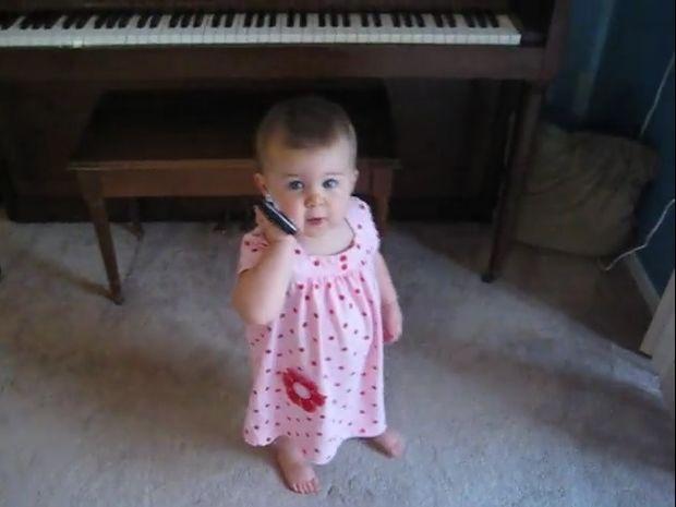 Δείτε την ξεκαρδιστική συζήτηση αυτής της μικρούλας με τον μπαμπά της στο τηλέφωνο! (video)