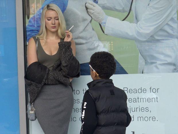 ΣΟΚ! Δείτε τι κάνουν όταν αυτός ο μικρός ζητάει να του ανάψουν ένα τσιγάρο! (video)
