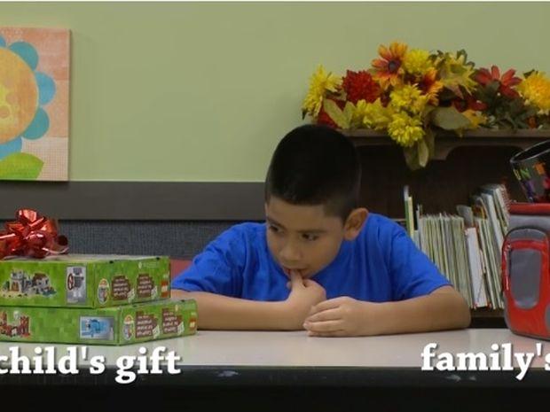 Συγκινητικό! Αυτά τα παιδιά επιλέγουν ανάμεσα σε ένα δώρο για τα ίδια ή τους γονείς τους! (video)