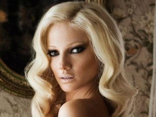 Δείτε το νέο look της Τζούλιας Αλεξανδράτου - Μαύρο κοντό καρέ και αβυσσαλέο ντεκολτέ