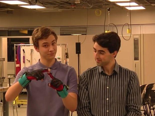 Καταπληκτικό! Δείτε τα γάντια που μεταφράζουν από τη νοηματική γλώσσα! (video)