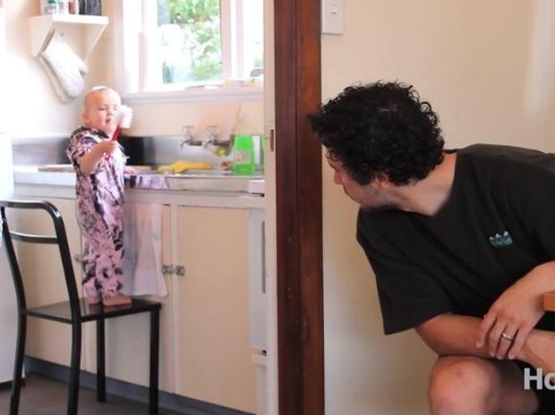 Ξεκαρδιστικό! Πώς να μάθετε σε ένα μωρό να καθαρίζει το σπίτι! (video)