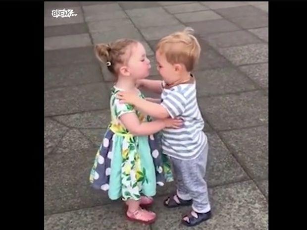Τα πιτσιρίκια δίνουν το πρώτο τους φιλί που θα τους μείνει αξέχαστο! (video)