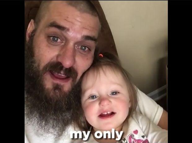 Ο μπαμπάς που τραγουδάει με την κόρη του είναι ό,τι πιο γλυκό θα δείτε σήμερα! (video)