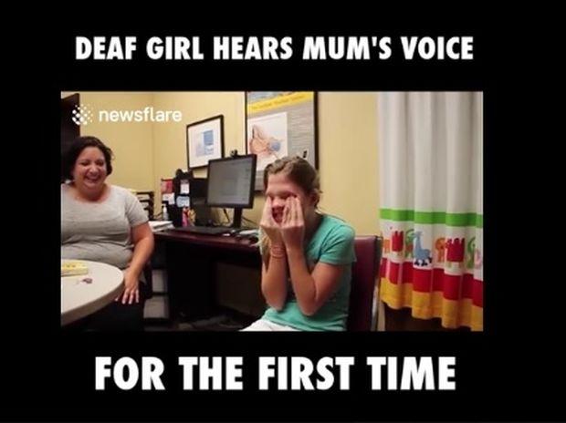 Το κορίτσι ακούει τη φωνή της μαμάς του για πρώτη φορά! (video)