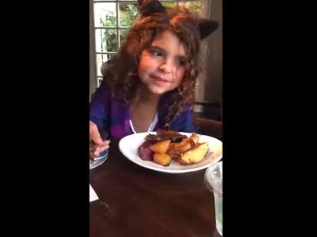 Η μικρούλα αρνείται να φάει και δίνει το φαγητό της σε έναν άστεγο άντρα! (video)