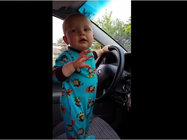 Ο μπόμπιρας βάζει στο τέρμα τη μουσική και κάνει πάρτυ στο αμάξι! (video)