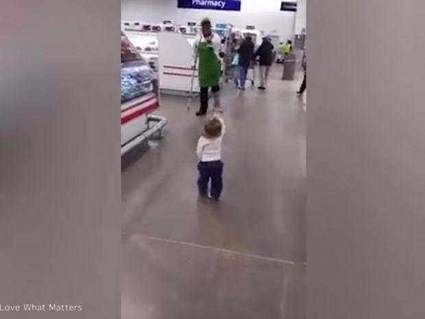 Το κοριτσάκι χαιρετάει και αγκαλιάζει τους πάντες στο σούπερ μάρκετ! (video)