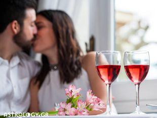 Ζώδια και έρωτας: Βλέπει σοβαρά τη σχέση σας ή περνά την ώρα του;