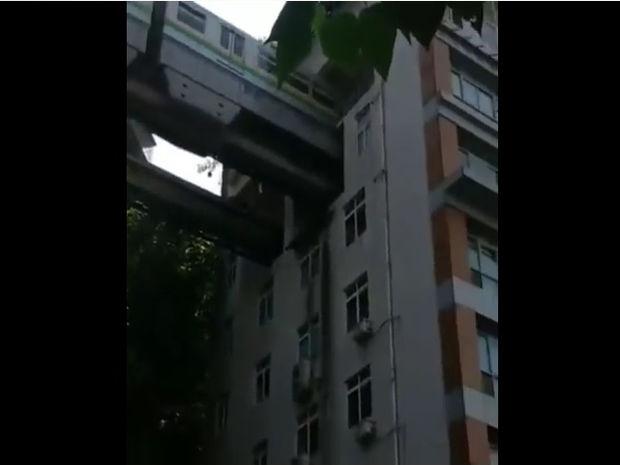 Εντυπωσιακό! Το τρένο περνάει μέσα από το ψηλό κτίριο! (video)