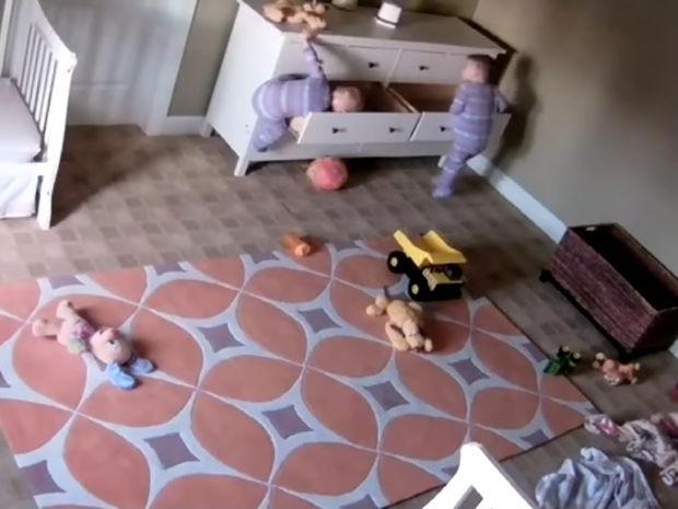 Θα σας κόψει την ανάσα! Ο μικρούλης σώζει τον δίδυμο αδερφό του την κατάλληλη στιγμή! (video)