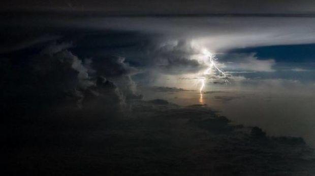 Αστραπές και καταιγίδες από το πιλοτήριο - Δείτε τις απίστευτες φωτογραφίες